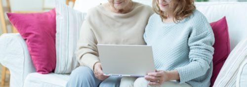 Etäyhteydellä voit auttaa iäkästä kauempaakin palvelujen saannissa.